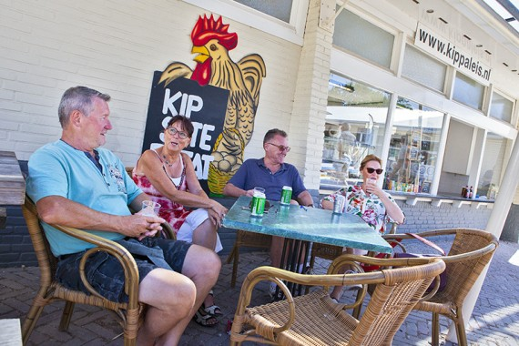 Gezellig kip eten op het Ontmoetingsplein bij het Kippaleis