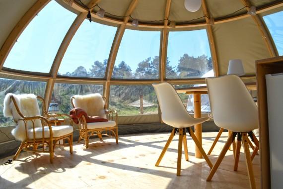 Panoramatent binnenkant stoelen