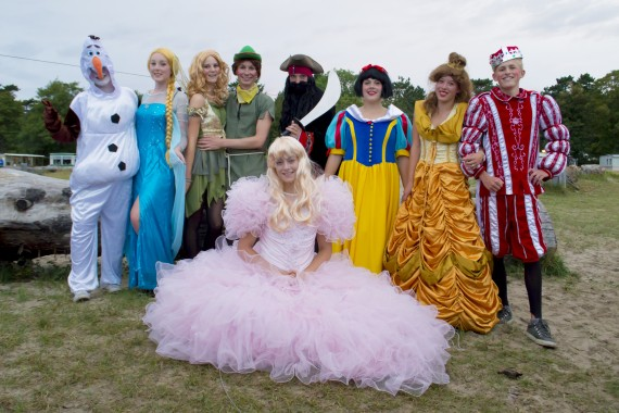 Het recreatieteam tijdens de Sprookjesparade op het speelveld