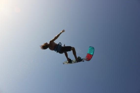 In de lucht kitesurfen met kitesurfschool 4wind